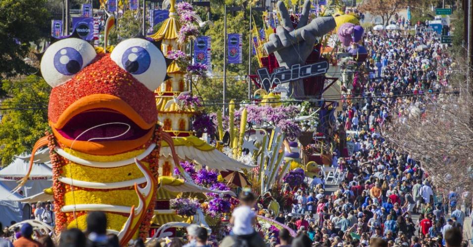 2.jan.2014 - Visitantes observam a exibição de carros alegóricos no 125º Desfile das Rosas, em Pasadena, na Califórnia, nesta quinta-feira (2)