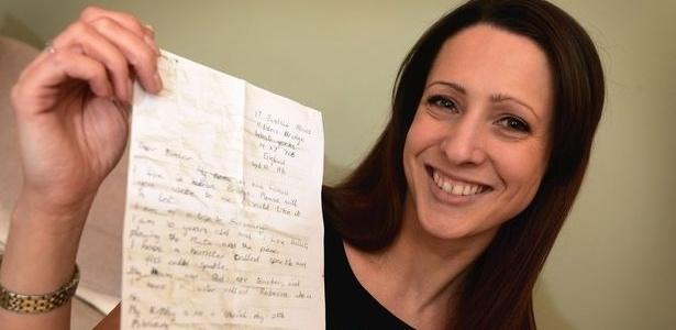 Zoe Lemon escreveu uma carta há 20 anos e a colocou em uma garrafa; texto foi encontrado por casal - Reprodução/Manchester Evening News