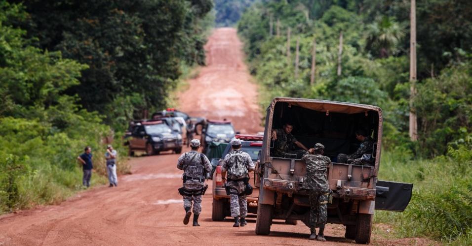 4.jan.2014 - Policia Federal, Força Nacional e Exército fazem buscas para localizar três pessoas desaparecidas na região da aldeia tabocas, dos Tenharins, em Humaitá, sul da Amazonia. Cerca de 60 pessoas invadiram a reserva nos últimos dias, revoltados com os desaparecimentos. Eles atearam fogo em postos de pedágio instalados pelos índios
