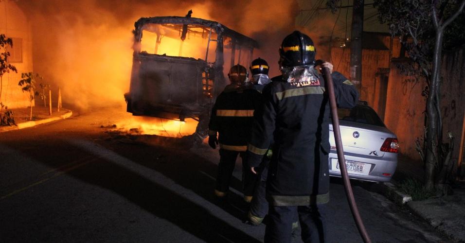 5.jan.2013 - Bombeiros tentam controlar as chamas em ônibus, na noite de sábado (4), no bairro do Jabaquara, zona sul de São Paulo. Três veículos foram incendiados após uma criança ser baleada durante tiroteio entre policiais e bandidos