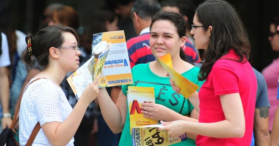 5.jan.2014 - Calor marca entrada do primeiro dia da segunda fase da Fuvest 2014; candidatas usam brochuras para se abanar em local de prova em São Paulo