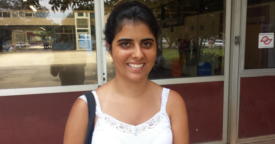 """5.jan.2014 - Candidata a uma vaga em ciências da computação, Mariana Gomes, 20, esperava um tema """"mais relacionado com as manifestações que aconteceram em junho, ou sobre a Copa"""". Ela já faz oceanografia na USP, mas pretende mudar de curso"""