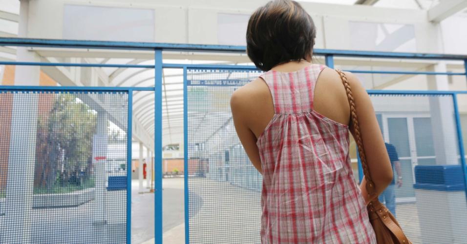5.jan.2014 - Candidata chegou atrasada na Universidade de Mogi das Cruzes (UMC), campus Villa Lobos, para o início das provas da segunda fase da Fuvest, neste domingo (5)