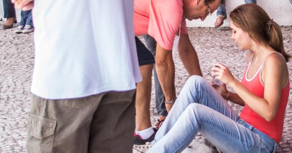 5.jan.2014 - Candidata passa mal em frente a local de prova e quase perde a hora de entrada na segunda fase da Fuvest 2014. Ela melhorou a tempo de entrar para fazer a prova em local na rua Vergueiro