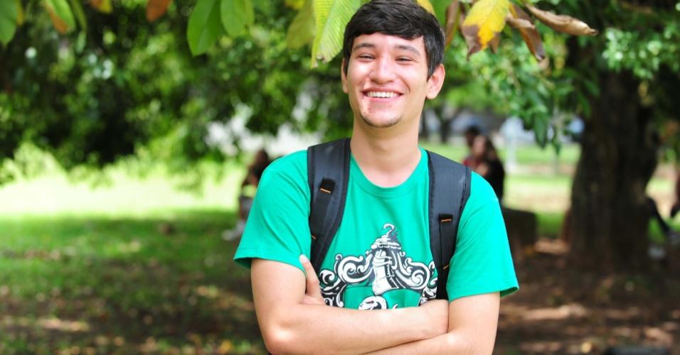 5.jan.2014 - Candidato ao curso de relações internacionais, Renan Felip, 18, se preparou para a Fuvest 2014 durante um ano fazendo simulados e provas anteriores no cursinho