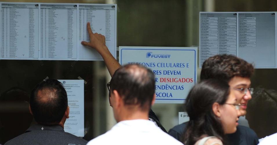 5.jan.2014 - Candidatos aguardam abertura de local de prova da segunda fase da Fuvest 2014 na Cidade Universitária, em São Paulo