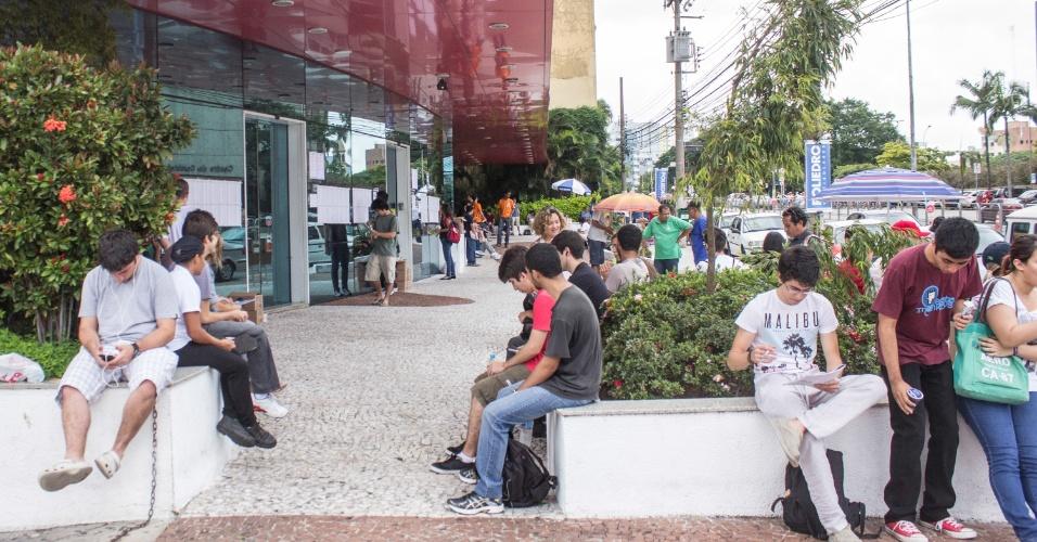 5.jan.2014 - Candidatos aguardam abertura dos portões em frente a local de prova na rua Vergueiro, na manhã deste domingo (5), para realização da segunda fase da Fuvest