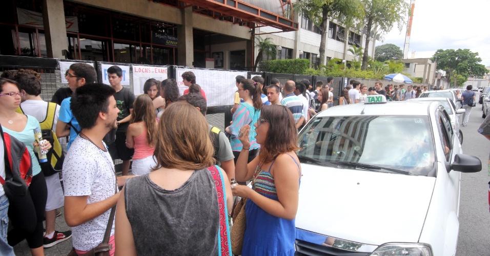 5.jan.2014 - Candidatos aguardam abertura dos portões em frente a local de prova na Vila Guilherme, zona norte de São Paulo (SP), na manhã deste domingo (5), para realização da segunda fase da Fuvest