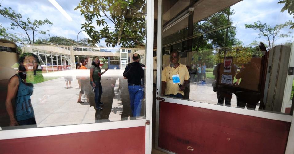 5.jan.2014 - Candidatos aguardam abertura dos portões em local de prova na cidade Universitária, em São Paulo, um dos locais de provas da segunda fase do vestibular da Fuvest, neste domingo (5)