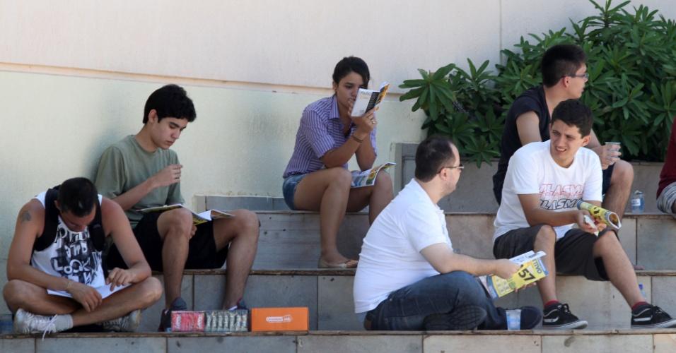 5.jan.2014 - Candidatos aguardam abertura dos portões no Centro Universitário Barão de Mauá, Jardim Paulista, em Ribeirão Preto, um dos locais de provas da segunda fase do vestibular da Fuvest, neste domingo (5)