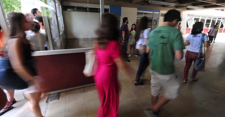 5.jan.2014 - Candidatos entram em local de prova da segunda fase da Fuvest 2014; portas foram fechadas às 13h, e os candidatos têm quatro horas para as questões de português e a redação neste domingo