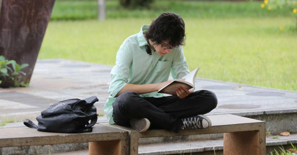 5.jan.2014 - Inscrito na Fuvest 2014 aguarda abertura de local de prova em São Paulo para primeiro dia da segunda fase