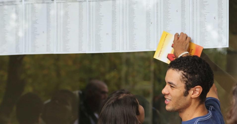 5.jan.2014 - Inscrito na Fuvest 2014 confere local de prova na Cidade Universitária em São Paulo para primeiro dia da segunda fase
