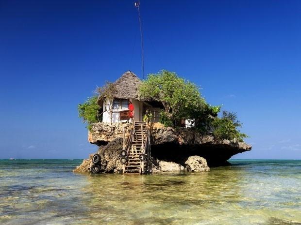 5.jan.2014 - Localizado em uma pequena ilha no Oceano Índico, o restaurante The Rock oferece uma vista privilegiada do mar e para a praia Michanvi Pingwe, na costa do Zanzibar