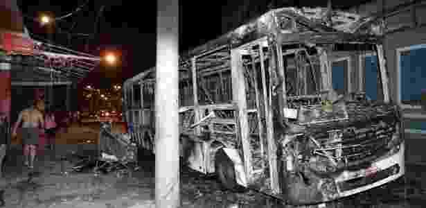 Em protesto, moradores da Mangueira queimaram um ônibus da linha 622 (Penha X Saens Peña) em um dos acessos à comunidade - Paulo Araújo/Agência O Dia/Estadão Conteúdo