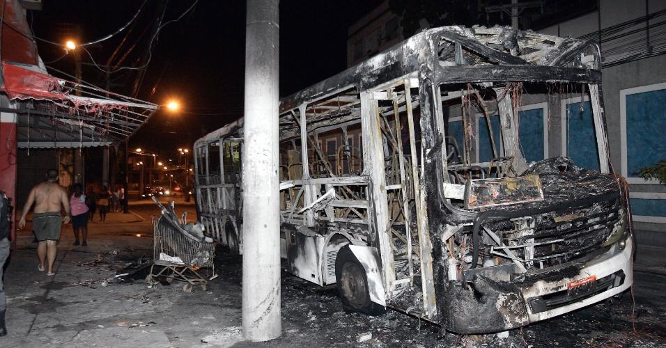 Em protesto, moradores do Morro da Mangueira queimaram um ônibus da linha 622 (Penha X Saens Peña) na rua Ana Néri, no entorno da comunidade, na zona norte do Rio de Janeiro, na noite deste domingo (5). A região tem uma UPP (Unidade de Polícia Pacificadora). O protesto seria uma reação ao tiroteio ocorrido na noite de ontem entre policiais e supostos traficantes. No confronto, duas pessoas ficaram feridas: um policial e um suspeito