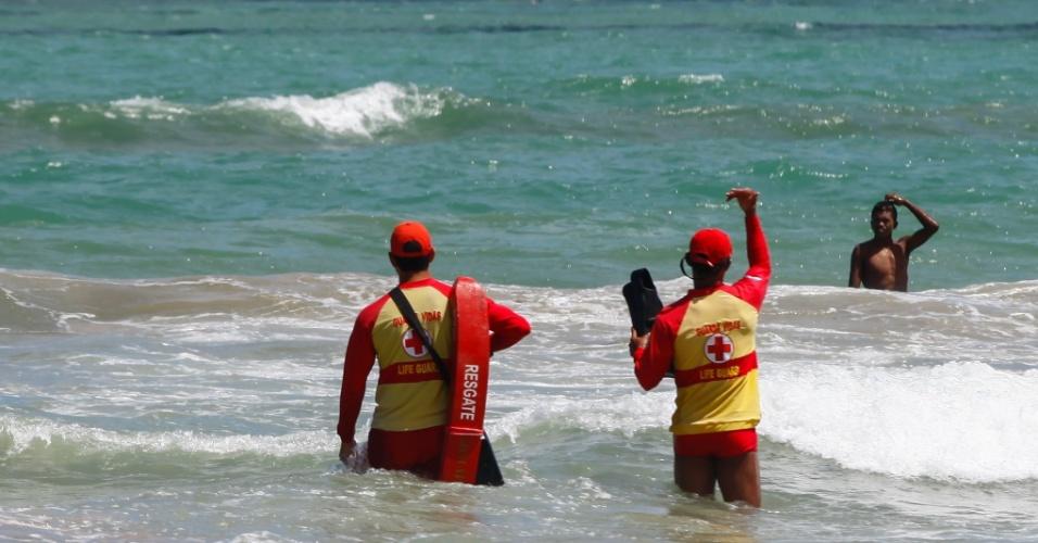 5.jan.2013 - Guarda-vidas orientam banhistas na praia de Boa Viagem, em Recife (PE), neste domingo (5)