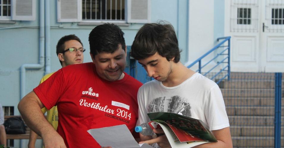 5.jan.2014 - Movimentação de estudantes antes da prova do vestibular da UFRGS (Universidade Federal do Rio Grande do Sul)