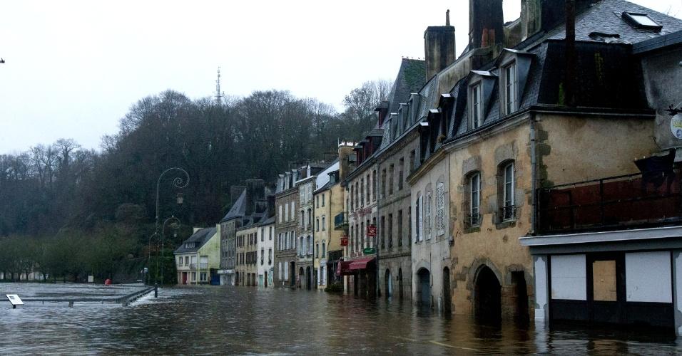 6.jan.2014 - Em imagem deste domingo, centro de Quimperlé, na região francesa da Bretanha, fica debaixo de água. Muitas áreas desta parte da França foram inundadas neste início de ano