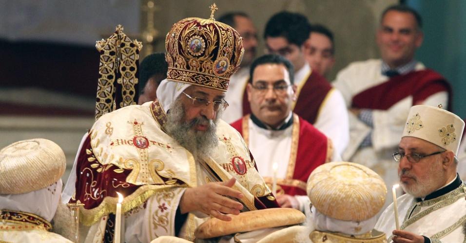 6.jan.2013 - O papa Tawadros II de Alexandria, líder da Igreja Ortodoxa Copta do Egito, dirige a missa de Natal nesta segunda-feira (6), na Catedral Copta de San Marcos, no Cairo. A cerimônia celebra o final dos 43 dias de jejum