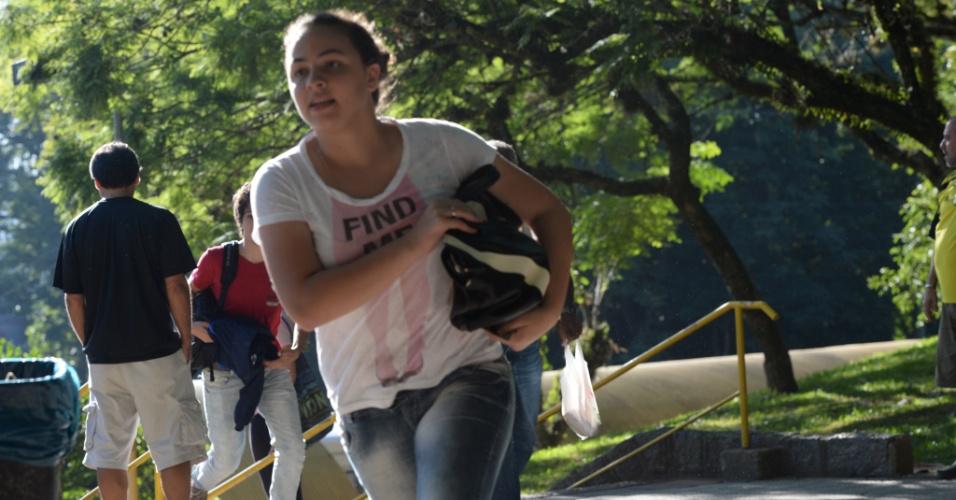 6.jan.2014 - Candidata corre para entrar em local de prova antes do fechamento dos portões no segundo dia de provas do vestibular 2014 da UFRGS (Universidade Federal do Rio Grande do Sul)