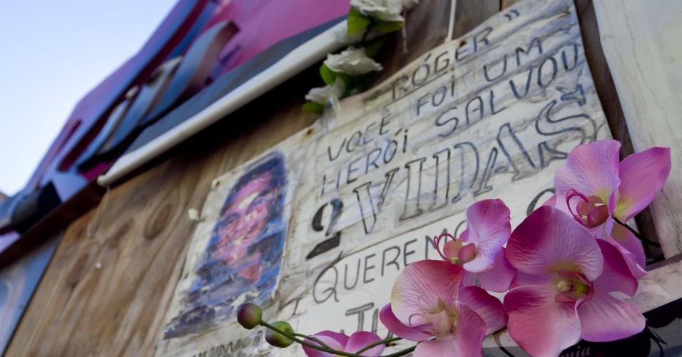 6.jan.2014 - Fotos de algumas das 242 vítimas do incêndio na Boate Kiss, em Santa Maria, no Rio Grande do Sul, decoram a fachada da casa noturna. A tragédia completa um ano no próximo dia 27