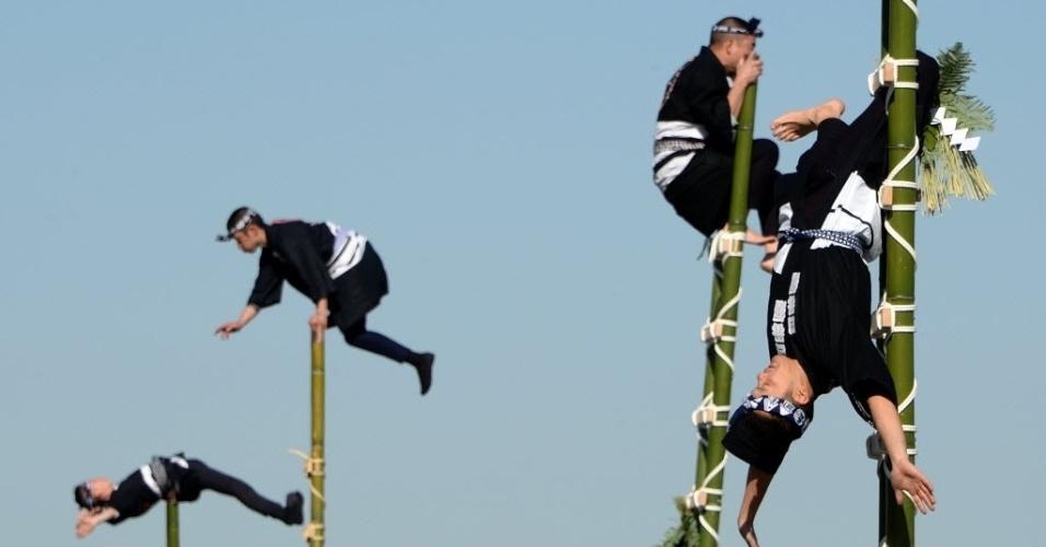 6.jan.2014 - Membros do Corpo de Bombeiros de Tóquio se equilibram em escadas de bambu a uma altura de 10 metros, durante uma apresentação. Cerca de 2.700 bombeiros participaram dos exercícios de ano novo