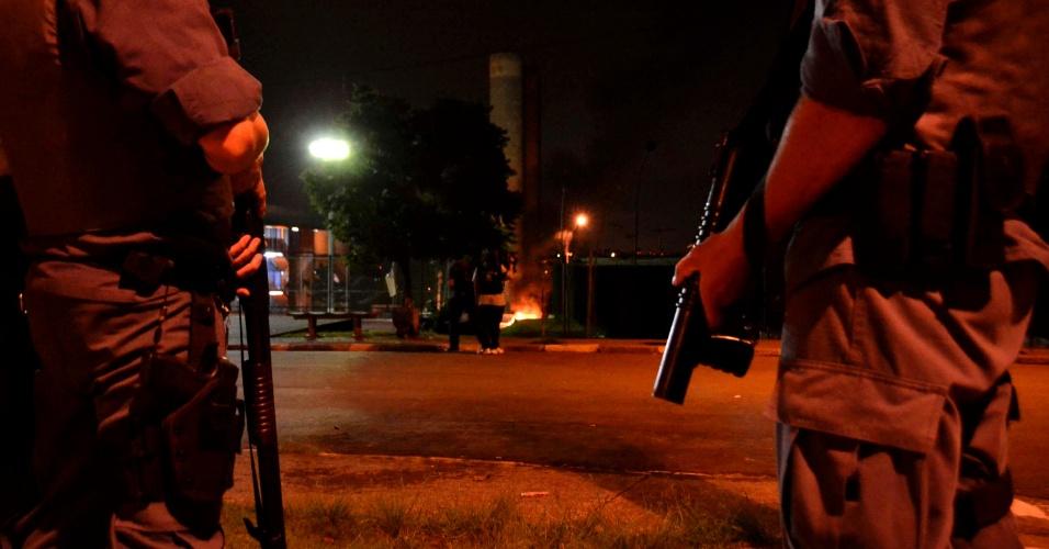 6.jan.2014 - Moradores entram em confronto com a Polícia Militar na zona leste de São Paulo na madrugada desta segunda (6). Após um jovem ter sido morto na noite de sábado (4), moradores do bairro Cidade Tiradentes atearam fogo em um ônibus. Um jovem foi preso após jogar bomba na PM, segundo policiais