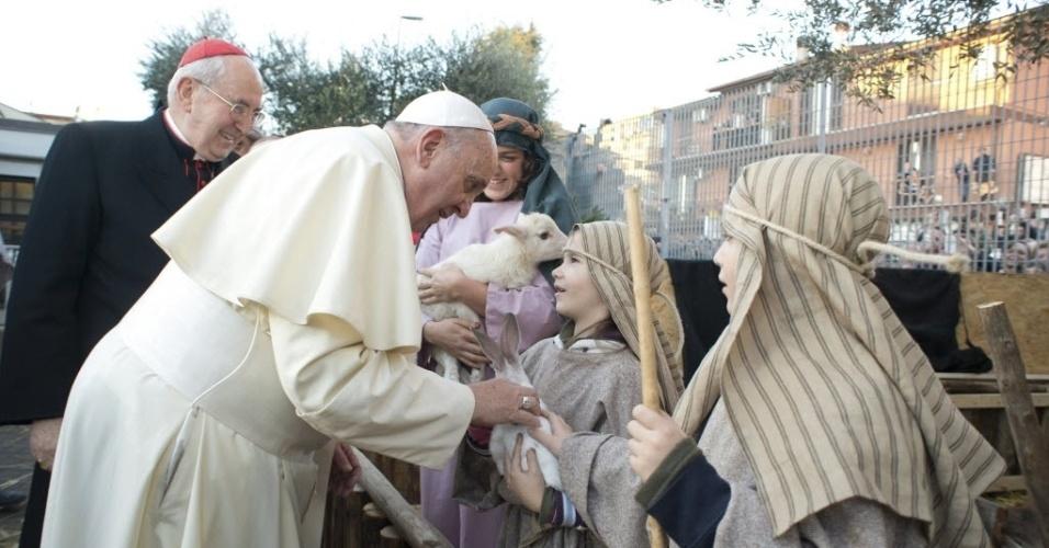 6.jan.2014 - O papa Francisco visitou nesta segunda-feira (6) a paróquia romana de Santo Alfonso de' Liguori,onde foi montado um presépio vivo com cerca de 200 figurantes