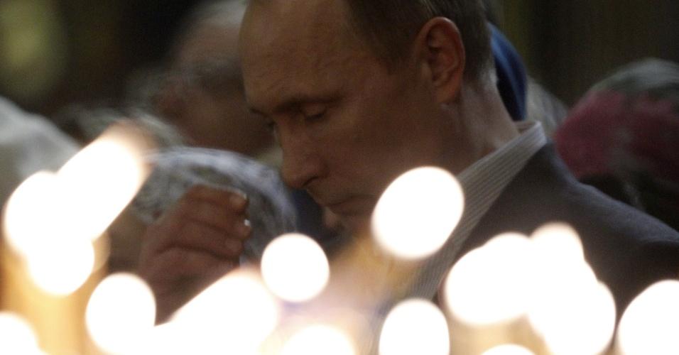 6.jan.2014 - O presidente russo, Vladimir Putin, gesticula durante celebrações do Natal ortodoxo na igreja da Sagrada Face de Cristo Salvador, em Moscou, nesta segunda-feira (6)