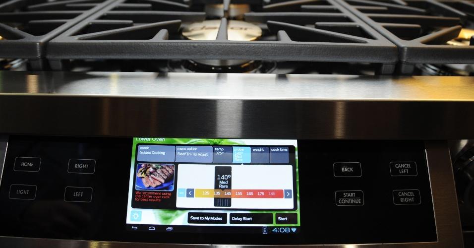 6.jan.2014 - O sistema operacional Android vai parar na cozinha com o lançamento da Dacor na CES 2014, a linha de fogões Discovery iQ. Ela vem com um tablet de 7 polegadas embutido que permite monitorar o tempo de cozimento e temperatura do forno, além de vir com dez modos pré-configurados de aquecimento. O aplicativo da Dacor pode ser instalado também em smartphones e ajuda a pré-aquecer alimentos remotamente. O modelo da foto é o Dual Fuel (com dois fornos) e será vendido nos Estados Unidos por US$ 12 mil (R$ 28 mil)