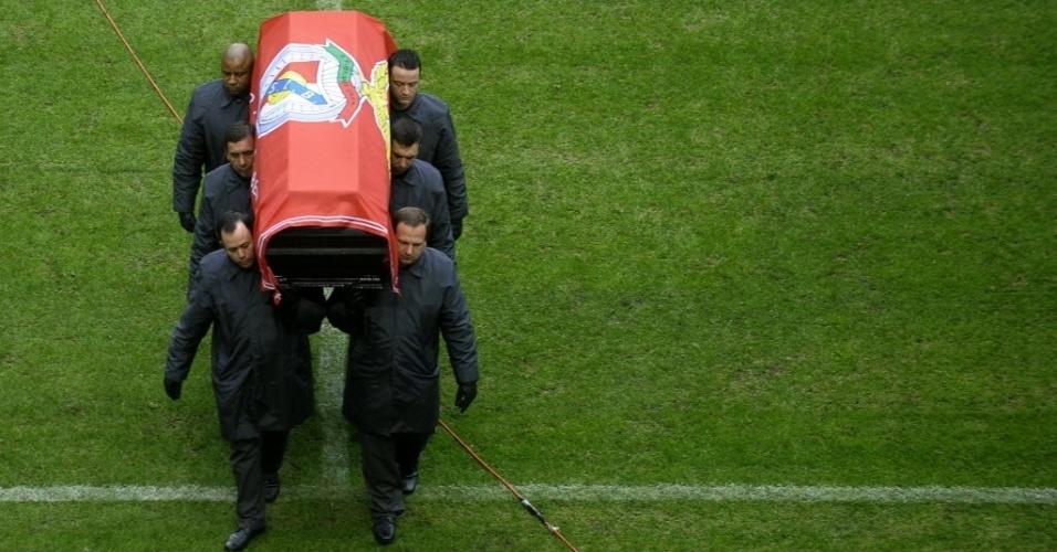 6.jan.2014 - Oficiais carregam o caixão da lenda do futebol do Benfica, Eusébio da Silva Ferreira, no campo do estádio da Luz, em Lisboa, nesta segunda-feira (6). Dezenas de milhares de pessoas são esperadas para prestar as últimas homenagens no funeral da lenda do futebol português