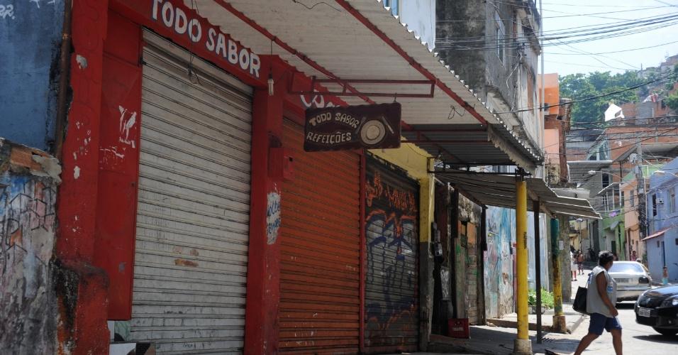 6.jan.2014 - Os estabelecimentos comerciais do morro da Mangueira, no Rio de Janeiro, ficaram de portas fechadas na manhã desta segunda-feira (6), após manifestações de moradores contra a violência policial. Eles atearam fogo em um ônibus na noite de domingo (5)