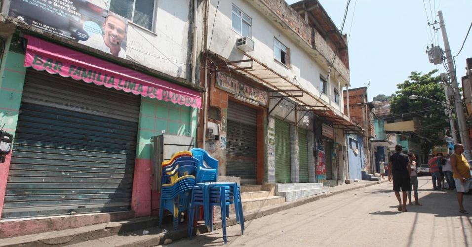 6.jan.2014 - Parte do comércio na favela da Mangueira, na zona norte do Rio de Janeiro, amanheceu fechado nesta segunda-feira (6), um dia depois de moradores incendiarem um ônibus em protesto pela morte de um jovem durante uma ação da Polícia Militar, segundo informações da UPP (Unidade de Polícia Pacificadora) da Mangueira