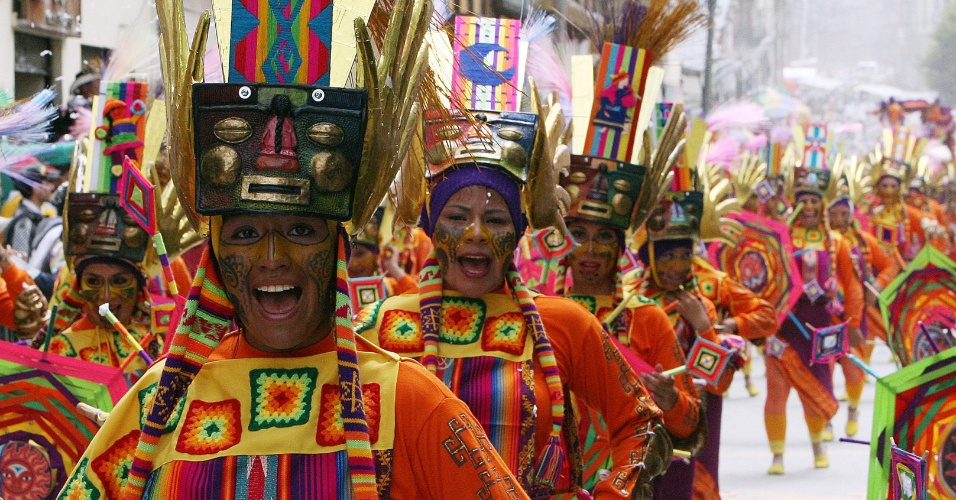 """6.jan.2014 - Participantes do Carnaval de Negros e Brancos desfilam nesta segunda-feira (6) durante o """"Dia de Blancos"""", em Pasto, na Colômbia. A festividade é uma das maiores e mais importantes do sul do país e foi declarada Patrimônio Cultural Imaterial da Humanidade pela Unesco, celebrada de 2 a 7 de janeiro"""