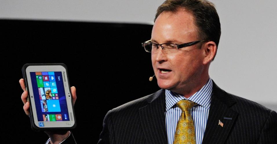 6.jan.2014 - Rance Poehler, presidente da Panasonic para a América do Norte, apresentou um tablet de 7 polegadas da linha Toughpad durante evento para jornalistas na CES 2014. Feito para ser usado em ambientes profissionais em que há necessidade de aparelhos resistentes (como construções ou carros de polícia), o Toughpad FZ-M1 vem com sistema Windows 8.1, processador Intel Core i5, porta USB, GPS e conexões móveis Wi-Fi e 4G (opcional). A companhia informa que o portátil pode cair de uma altura de 1,5 metro que não sofrerá danos e que a tela é resistente à água e poeira