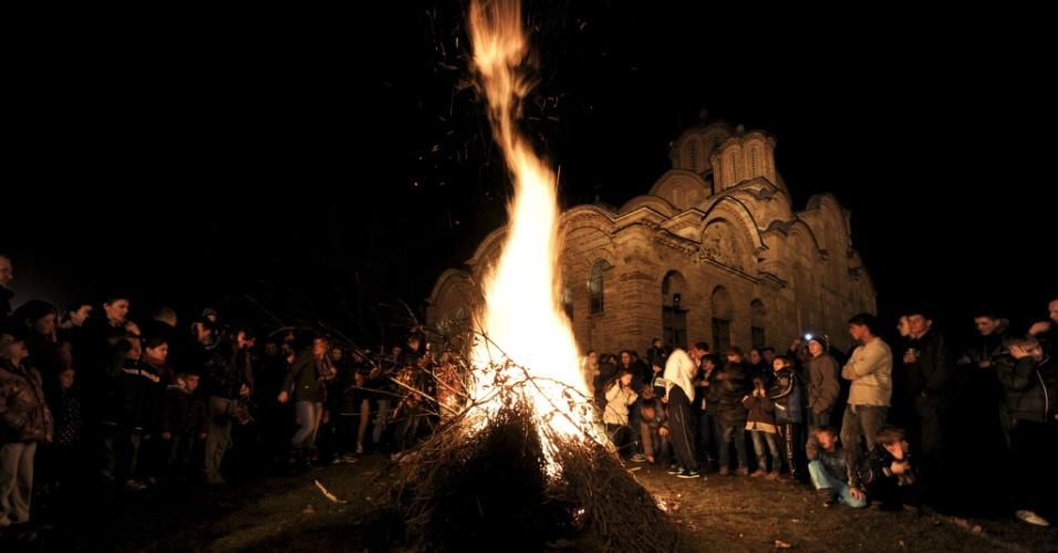 6.jan.2014 - Sérvios do Kosovo se reúnem em torno de uma fogueira no monastério medieval de Gracanica, na véspera do Natal ortodoxo, nesta segunda-feira (6)