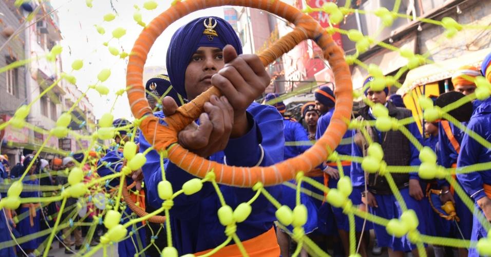 6.jan.2014 - Um indiano Sikh Nihang, ou guerreiro, mostra suas habilidades na arte marcial Gatka durante procissão no Templo Dourado, em Amritsar, na Índia, nesta segunda-feira (6) durante as celebrações do aniver´sario do Guru Gobind Singh