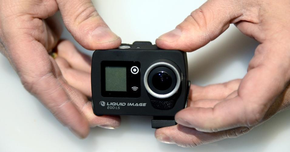 A empresa de eletrônicos vestíveis Liquid Image apresentou a câmera Ego LS, que estará disponível em junho por US$ 199 (cerca de R$ 475). Compatível com diversos acessórios para segurá-la (dependendo de onde será feita a filmagem), a câmera à prova d?água é compatível com as tecnologias 4G, Wi-Fi e Bluetooth. Por isso, pode transmitir filmagens em tempo real. Tem 8 megapixels para fotos, filma em até 1080p e precisa de cartão MicroSD para armazenar arquivos. A CES 2014 vai de 7 a 10 de janeiro, em Las Vegas, mas as novidades são apresentadas com antecedência à imprensa