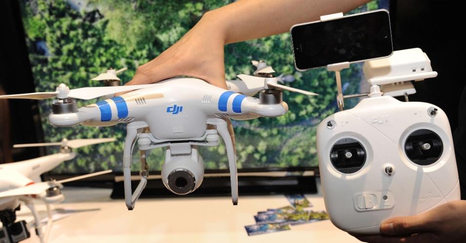 A empresa DJI Innovations leva à CES 2014 seu drone (avião não tripulado) Phantom 2. Com preço sugerido de US$ 1.199 (cerca de R$ 2.850), ele tem câmera de 14 megapixels que pode gravar vídeo em alta definição (1080p). O aparelho pode ser controlado por iPhone ou smartphones Android. Sua bateria garante 25 minutos no ar, segundo o fabricante. A CES 2014 vai de 7 a 10 de janeiro, em Las Vegas, mas as novidades são apresentadas com antecedência à imprensa
