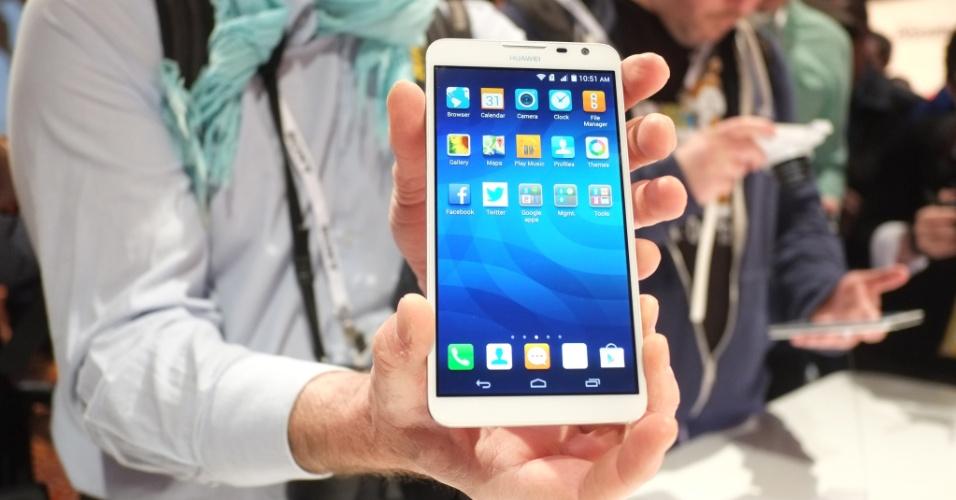 A Huwaei apresentou na CES 2014 o Ascend Mate 2, segunda versão de seu smartphone com tela de 6,1 polegadas, agora com suporte a 4G. O aparelho vem com uma câmera frontal de 5 megapixels, segundo a fabricante, ideal para 'selfies' (autorretratos). Outro destaque é a bateria 'turbinada' do Ascend Mate 2, que dura cerca de 3,5 dias e pode dar carga em outros smartphones. A CES 2014 vai de 7 a 10 de janeiro, em Las Vegas, mas as novidades são apresentadas com antecedência à imprensa