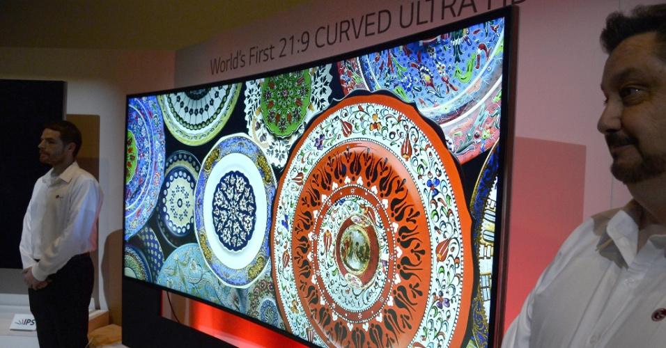 A LG apresentou na CES 2014 sua TV com design curvo de 105 polegadas. O aparelho, batizado de LG Curved Ultra, traz resolução que a fabricante chamou de '5K' (5120 x 2160 pixels), com  imagens exibidas em aspecto 21:9. Ela conta ainda com um sistema de som com 7.2 canais. A TV será vendida por US$ 70 mil (R$ 166 mil); a fabricante não informou quando ela chegará ao mercado
