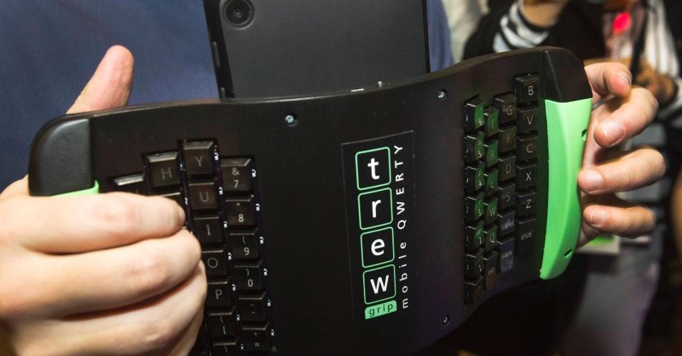Apresentado oficialmente na CES 2014, o teclado portátil TREWGrip comunica-se com tablets e smartphones via tecnologia Bluetooth. O usuário pode usá-lo mesmo estando de pé, por causa de seu design diferenciado. O teclado segue o padrão QWERTY e também funciona como um mouse. O fabricante não divulgou preço ou data de lançamento do produto. A CES 2014 vai de 7 a 10 de janeiro, em Las Vegas, mas as novidades são apresentadas com antecedência à imprensa