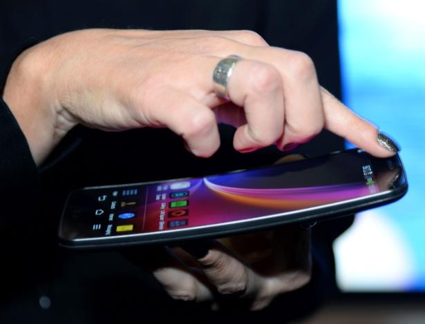 O smartphone LG G Flex já havia sido anunciado, mas será apresentado ao público na CES 2014. Ele tem tela HD de 6 polegadas com tecnologia Oled, câmeras de 13 e 2,1 megapixels, sistema operacional Android Jelly Bean 4.2.2, capacidade de armazenamento de 2 GB  (expansíveis para até 32 GB), processador quad-core (quatro núcleos) de 2,2 GHz, bateria com 3,500mAh, conexões Wi-Fi e 4G. A novidade, disponível somente na cor cinza, tem 16 cm x 8,1 cm x 0,79 cm e pesa 177 gramas. O fabricante ainda não anunciou preço ou data de lançamento