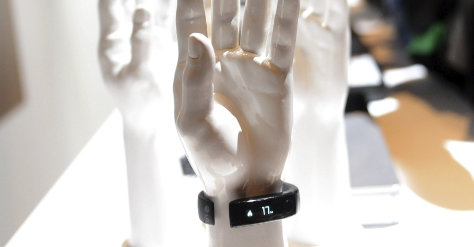 Para quem gosta de praticar esportes, a LG lançou na CES 2014 a Lifeband Touch, pulseira capaz de monitorar exercícios físicos. O gadget, que mostra calorias gastas, distância percorrida e número de passos dados, é compatível com iOS e Android. Preço e data de lançamento ainda não foram revelados. A CES 2014 vai de 7 a 10 de janeiro, em Las Vegas, mas as novidades são apresentadas com antecedência à imprensa