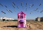Em série de fotos com brinquedos, artista mostra a guerra pelo olhar das crianças - Brian McCarty/Divulgação