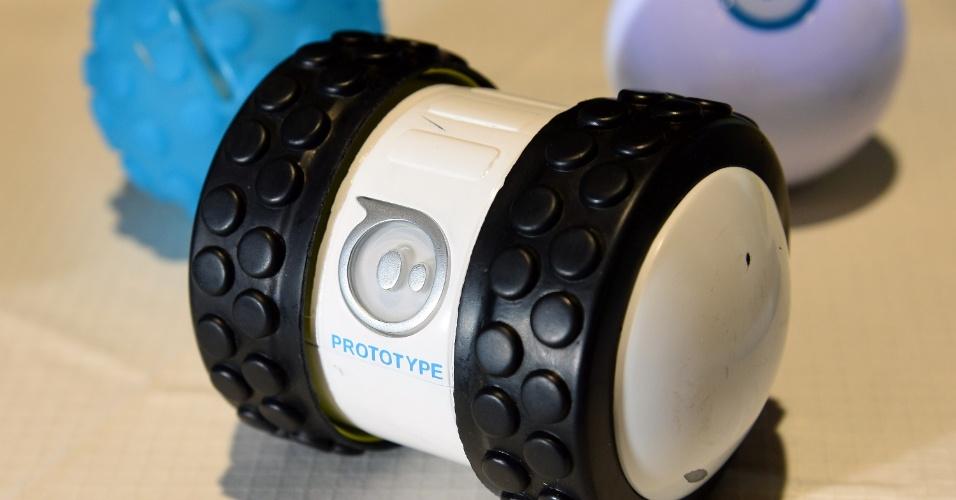 Sphero 2B, da Orbotix, é a segunda geração de brinquedos robóticos apresentada pela empresa na CES 2014. Com design tubular, o robô é programável e pode ser controlado por smartphones com sistema iOS ou Android. Será vendido no segundo trimestre nos Estados Unidos por US$ 99 (R$ 235)