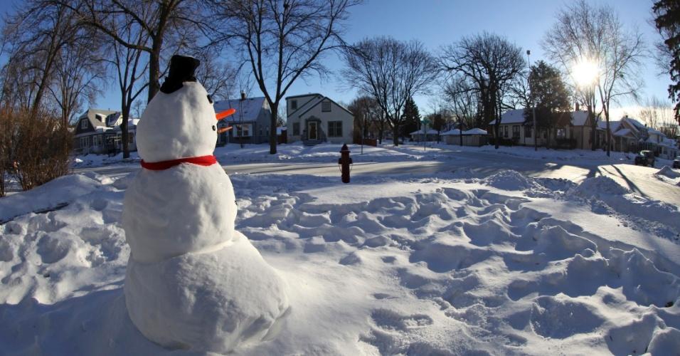 7.jan.2014 - Boneco de neve 'ri' do frio no jardim de uma casa em Minneapolis. A cidade teve que fechar suas escolas pelo segundo dia, depois de o governador Mark Dayton declarar estado de emergência
