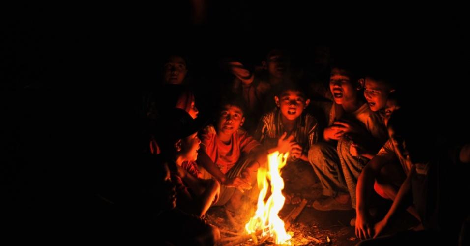 7.jan.2014 - Desabrigados pela erupção do vulcão Sinabung se aquecem em fogueira de abrigo em Sumatra, na Indonésia. Mais de 21,8 mil pessoas estão refugiadas enquanto o vulcão continua a expelir lava e cinzas