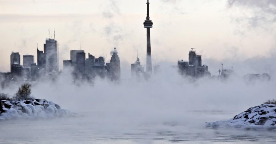 7.jan.2014 - Vapor emana das águas um pouco mais quentes do lago Ontario, do Humber Bay Park, em Toronto, Ontario, no Canadá, nesta terça-feira (7). O Canadá enfrenta nesta quinta-feira uma das piores ondas de frio dos últimos invernos, com temperaturas de até 41 graus abaixo de zero em cidades como Winnipeg, no centro, e 29 graus abaixo de zero em Toronto, a cidade mais populosa do país
